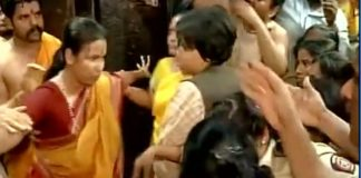 trupti-desai-being-stopped-at-mahalakshmi-temple